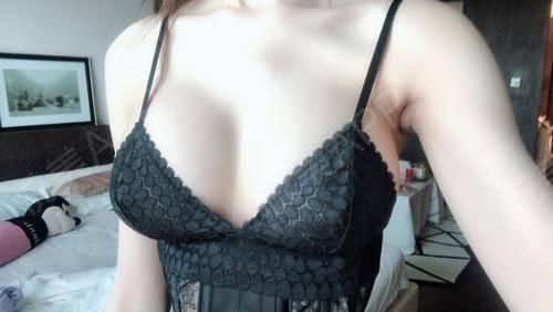 娜绮丽隆胸术后三个月胸部小,连衣服都挑剔你,丰胸之前的我性感理我很远,我的衣柜里最多的是卫衣和T恤。很像改变自己,羡慕别...